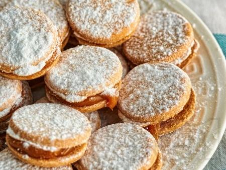 Домашни меденки слепени със сладко или течен шоколад - снимка на рецептата